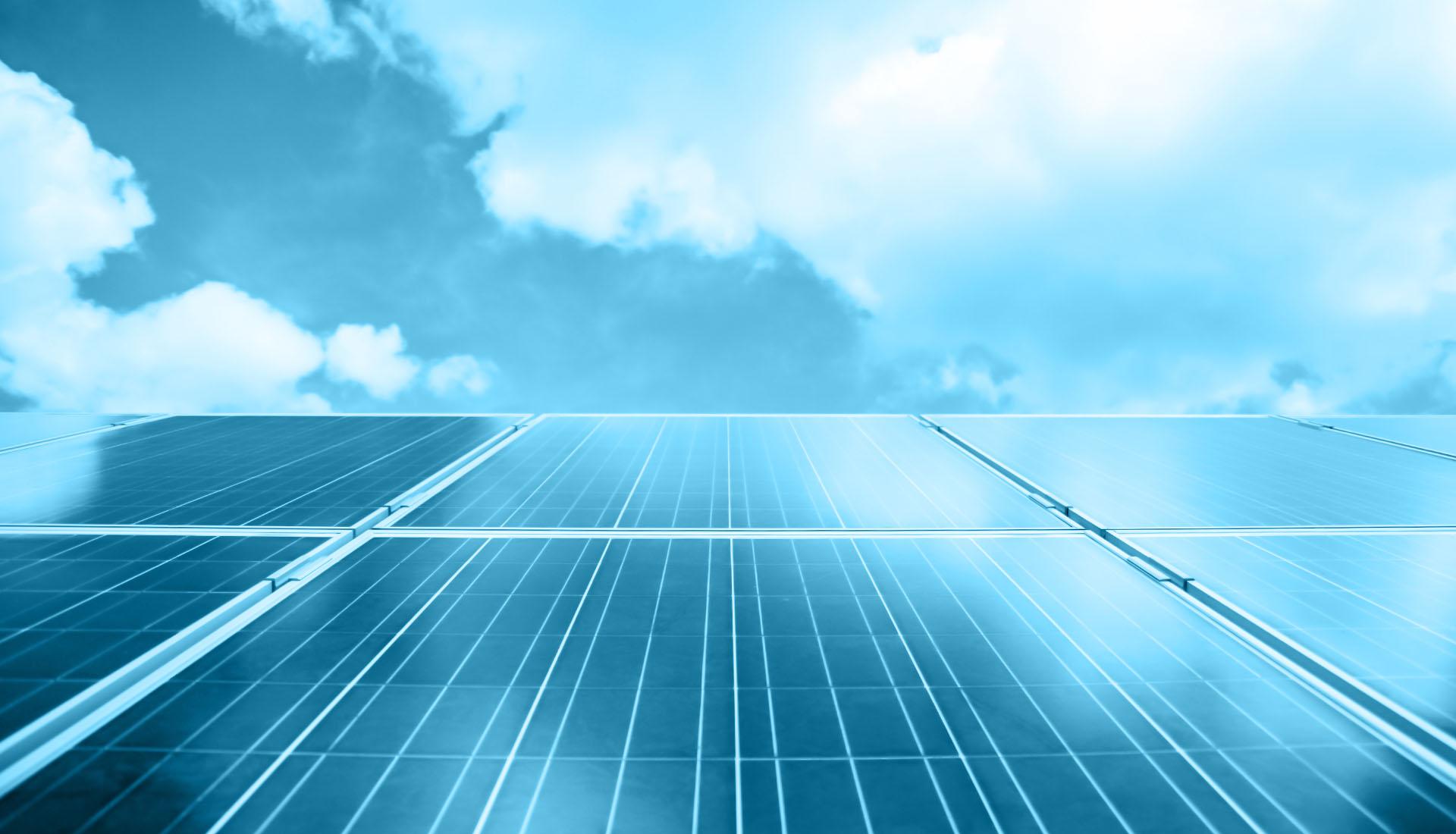 Pannelli fotovoltaici e cielo con nuvole